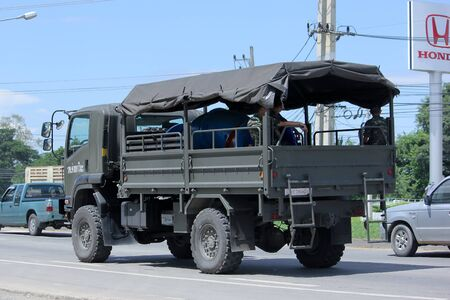 motor de carro: Chiang Mai, Tailandia -AGOSTO 10 2015: Militar cami�n Isuzu del Real Ej�rcito Tailand�s. Foto en la carretera no 121 a unos 8 km del centro de Chiang Mai, Tailandia. Editorial