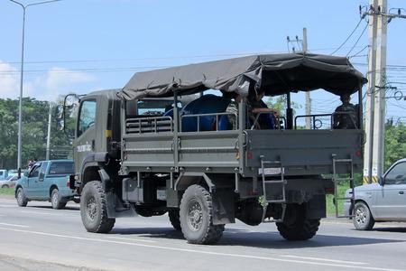 motor de carro: Chiang Mai, Tailandia -AGOSTO 10 2015: Militar camión Isuzu del Real Ejército Tailandés. Foto en la carretera no 121 a unos 8 km del centro de Chiang Mai, Tailandia. Editorial