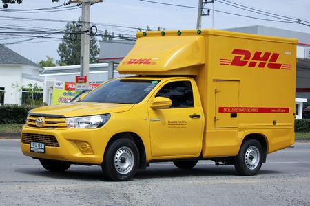 チェンマイ、タイ-2015 年 9 月 1 日: DHL Express、物流コンテナーのピックアップ トラック。道路の写真 121 チェンマイのダウンタウンから約 8 キロメー