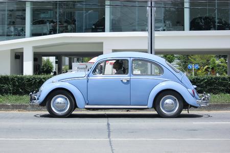 escarabajo: Chiang Mai, Tailandia -Septiembre 5 2015: Coche de época privado, Volkswagen escarabajo. Foto en la carretera No.1001 unos 8 km del centro de la ciudad de Chiang Mai, Tailandia.