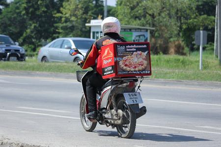 Chiang Mai, Tailandia 18 -OCTUBRE 2015: Hombre del servicio de entrega andar en motercycle de Pizza Hut de la empresa. Foto en la carretera No.1001 a unos 8 km del centro de Chiang Mai, Tailandia. Editorial
