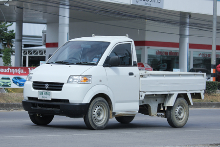 camioneta pick up: Chiang Mai, Tailandia 3 -Noviembre 2015: Suzuki Carry privada Recogida coche. Foto en la carretera n ° 121 a unos 8 km del centro de Chiang Mai, Tailandia.