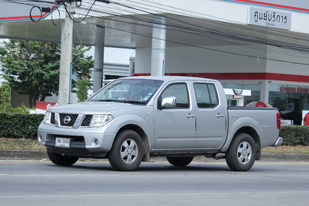 camioneta pick up: Chiang Mai, Tailandia 3 -Noviembre 2015: Nissan Pick up privada coche. Foto en la carretera n ° 121 a unos 8 km del centro de Chiang Mai, Tailandia.