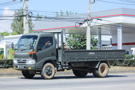 motor de carro: Chiang Mai, Tailandia -Noviembre 5 2015: cami�n Hino Militar del Ej�rcito Real de Tailandia. Foto en la carretera n � 121 a unos 8 km del centro de Chiang Mai, Tailandia. Editorial