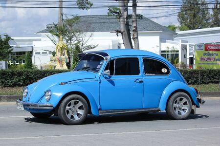 escarabajo: Chiang Mai, Tailandia 14 -Noviembre 2015: Coche de la vendimia privada, azul de Volkswagen escarabajo. Foto en la carretera No.1001 a unos 8 km del centro de Chiang Mai, Tailandia.