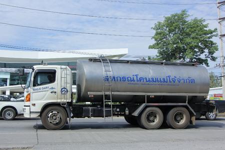 CHIANGMAI, THAILAND -November 20 2015: Milchtanklastzug von Maejo Molkereigenossenschaften. Foto an der Straße Nr 121 etwa 8 km von der Innenstadt Chiang Mai, Thailand.