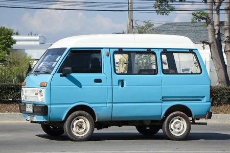 escarabajo: Chiang Mai, Tailandia 30 -Noviembre 2015: Daihatsu privada de edad Van coches. Foto en la carretera No.1001 a unos 8 km del centro de Chiang Mai, Tailandia.
