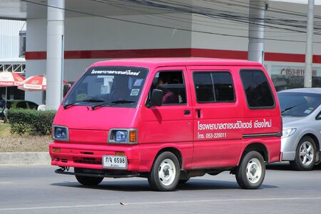 escarabajo: Chiang Mai, Tailandia 27-febrero 2016: Daihatsu viejo Van coches Sentido del Hospital Pedro de ojos. Foto en la carretera n ° 121 a unos 8 km del centro de Chiang Mai, Tailandia.