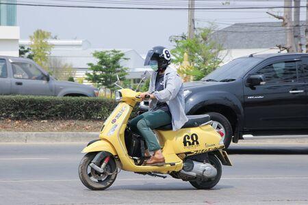 vespa piaggio: Chiangmai, Thailandia MARZO 3 2016: Scooter privato Moto Vespa. Sulla No.1001 strada, a 8 km dalla citt� di Chiangmai.