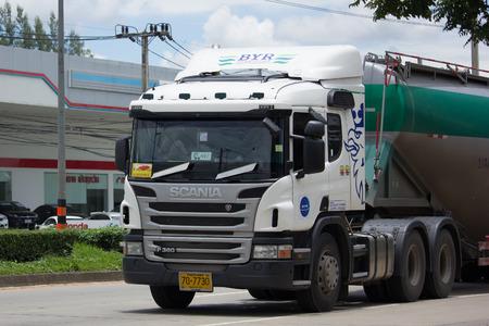 CHIANG MAI, THAILAND - JULI 16 2017: Cementvrachtwagen van het bedrijf van Boon Yarit. Op de weg nr. 100, 8 km van de stad Chiangmai.