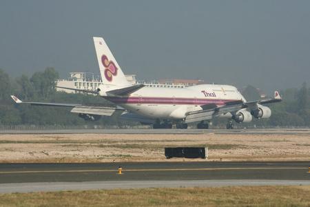 747 400: CHIANGMAI , THAILAND- JANUARY 12 2008 : HS-TGA Boeing 747-400 of Thaiairway. Taxi to Terminal of Chiangmai airport, Flight from Bangkok Suvarnabhumi, thailand. Editoriali