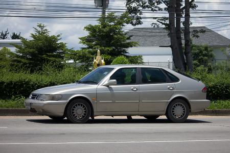 チェンマイ、タイ-8 月 28 2017: プライベート古い車、サーブ900コンパクトな高級自動車。チェンマイ市への道路1001の写真。 報道画像