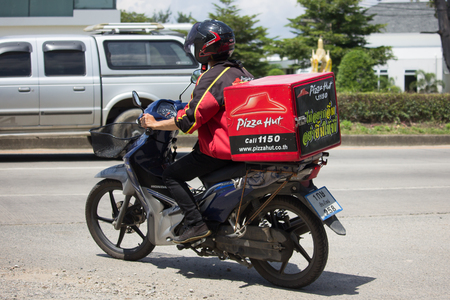 チェンマイ、タイ-2017 年 9 月 23 日: 配達サービス人ピザ小屋会社のモーター サイクルに乗る。チェンマイ市内から 8 km 形 1001 号の車の道に 報道画像