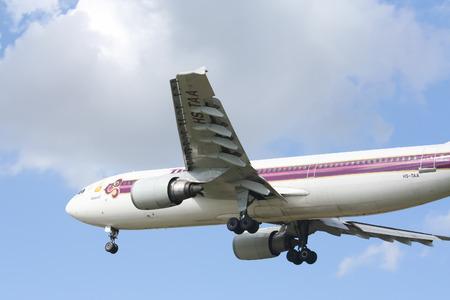 CHIANGMAI , THAILAND - CIRCA 2007: HS-TAA Airbus A300-600 of Thaiairway. Landing to Chiangmai airport from Bangkok Suvarnabhumi. Banco de Imagens - 88662893