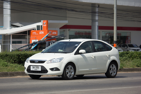 CHIANG MAI, THAILAND - NOVEMBER 21 2017: Prive-auto, Ford Focus. Foto bij weg nr 121 ongeveer 8 km van Chiangmai van de binnenstad, Thailand.
