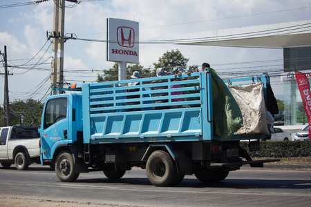 CHIANG MAI, THAILAND -DECEMBER 12 2017: Garbage truck of Nongjom Subdistrict Administrative Organization.  On road no.1001, 8 km from Chiangmai Business Area. 版權商用圖片 - 92634783