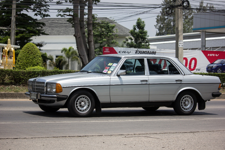 Chiangmai, Thailand - May 23 2019: Private old car of Mercedes Benz 230E. Photo at road no.1001 about 8 km from downtown Chiangmai thailand. 新聞圖片