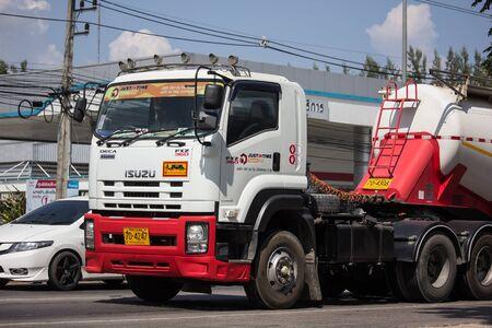 Chiangmai, Tailandia - 29 de octubre de 2019: Camión de cemento de Just in time express Logistic Company. Foto en la carretera no.1001 a unos 8 km del centro de la ciudad, Tailandia. Editorial