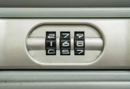 numero nueve: Primer número de código de bloqueo del viejo fondo de la maleta