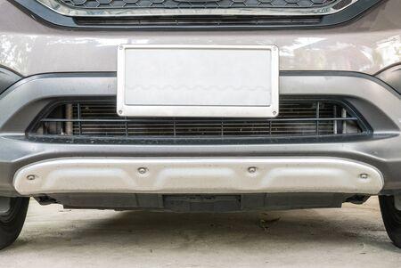 Close-up kentekenplaat aan de in de voorkant van de auto Stockfoto