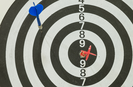 blue arrow: Dart board with red and blue arrow Stock Photo