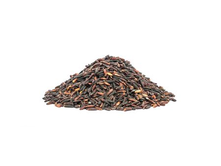nutrientes: Primer plano de la pila de arroz negro llamado arroz riceberry, arroz con altos nutrientes aislados sobre fondo blanco