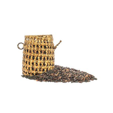 nutrientes: Primer plano de la pila de arroz negro llamado arroz riceberry con mimbre de madera, arroz con altos nutrientes aislados sobre fondo blanco Foto de archivo
