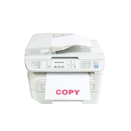 fotocopiadora: Primer vieja fotocopiadora de color blanco en la oficina con copia palabra tinta roja en el papel blanco de oficina concepto aislado en el fondo blanco