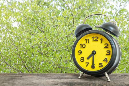 Gros plan noir et jaune réveil pour décorer spectacle sept heures