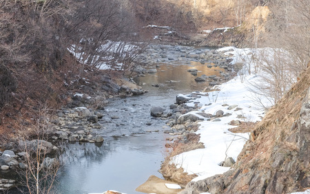 Landscape of shallow stream with dry tree in snowy day Standard-Bild - 122572832