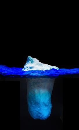 눈이 보이는 유출로 빙산의 얼음 조각에 인간의 의사 소통을 비유하는 빙산 모델. 비율은 수중 부분에 비해 매우 작습니다.