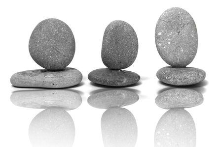piedras zen: un zen piedras sobre un fondo blanco  Foto de archivo