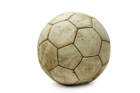 leather ball: un bal�n de cuero viejo aislado en un fondo blanco