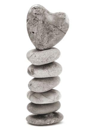 thalasso: un pierres zen avec c?ur sur un fond blanc  Banque d'images