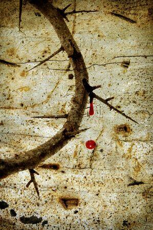 crown of thorns: Close up de una representaci�n de la corona de espinas con sangre sobre un fondo de cosecha de Jes�s