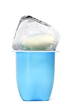 yogurt natural: un yogur en un frasco de pl�stico aislado en un fondo blanco