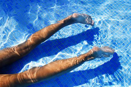 alguien nadando en una piscina en el verano  Foto de archivo - 6756069