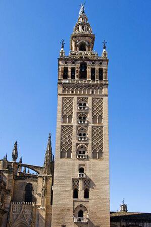 sevilla: Weergave van de Giralda, de klokkentoren van de kathedraal van Sevilla, Spanje