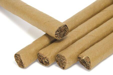 alcuni sigari isolati su uno sfondo bianco
