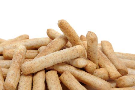 gressins: un tas de farine de bl� entier gressins isol� sur un fond blanc