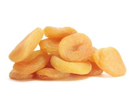 frutas deshidratadas: un mont�n de duraznos secos sobre un fondo blanco