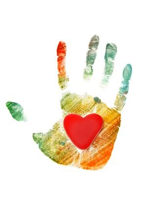 handprint colorate con un cuore isolato su uno sfondo bianco