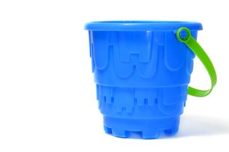 emmer water: een blauw emmer geïsoleerd op een witte achtergrond