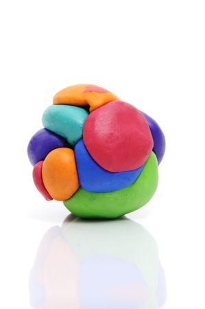 masa: una bola de barro modelado de diferentes colores, aislado en un fondo blanco  Foto de archivo