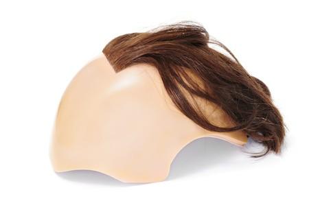calvicie: una peluca simulando calvicie aislada en un fondo blanco  Foto de archivo