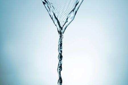 to degrade: salpicadura de agua cristalina sobre un fondo de degrade