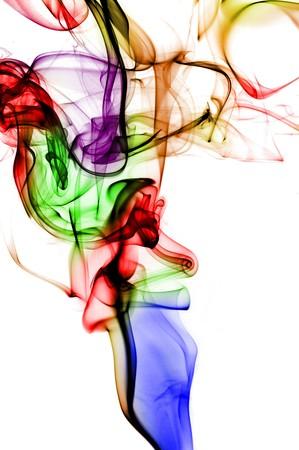 incienso: humo de color aislado en un fondo blanco