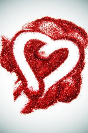 glitter makeup: un coraz�n dibujado en glitter rojo sobre un fondo pespectiva  Foto de archivo