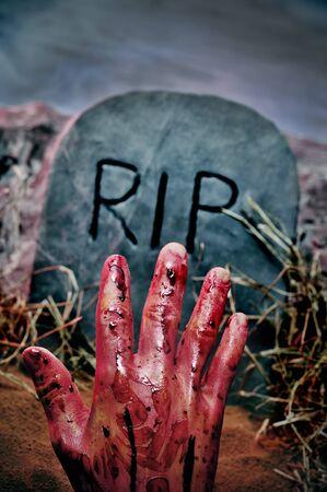 tumbas: portarretrato de una tumba con una mano sangrienta en un cementerio para Halloween  Foto de archivo