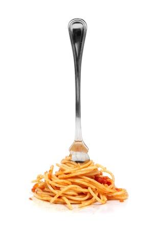 spaghetti: een stapel van spaghetti gerold in een vork geïsoleerd op een witte achtergrond Stockfoto
